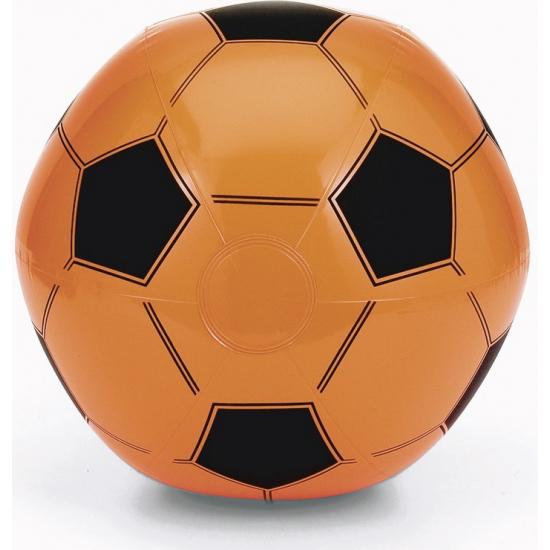 Opblaasbare oranje voetbal strandbal. opblaasbare zwart oranje voetbal van plastic. de doorsnede van de ...