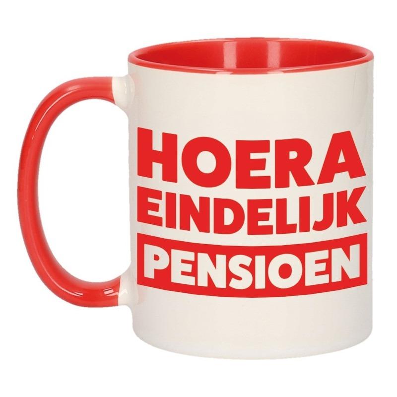 Rode pensioen VUT cadeau mok / beker - hoera eindelijk pensioen 300 ml